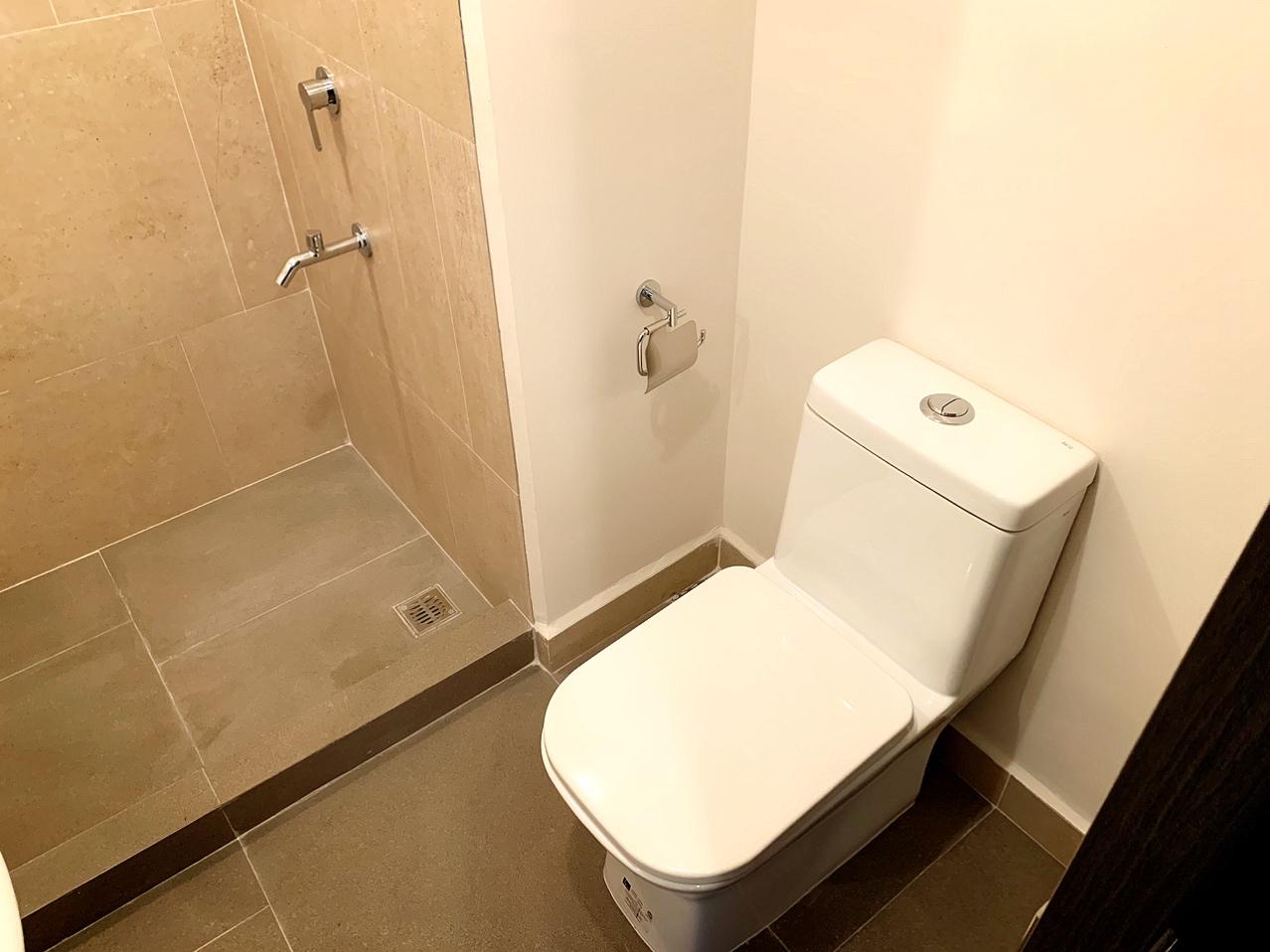 シャワールームはドアがついていません