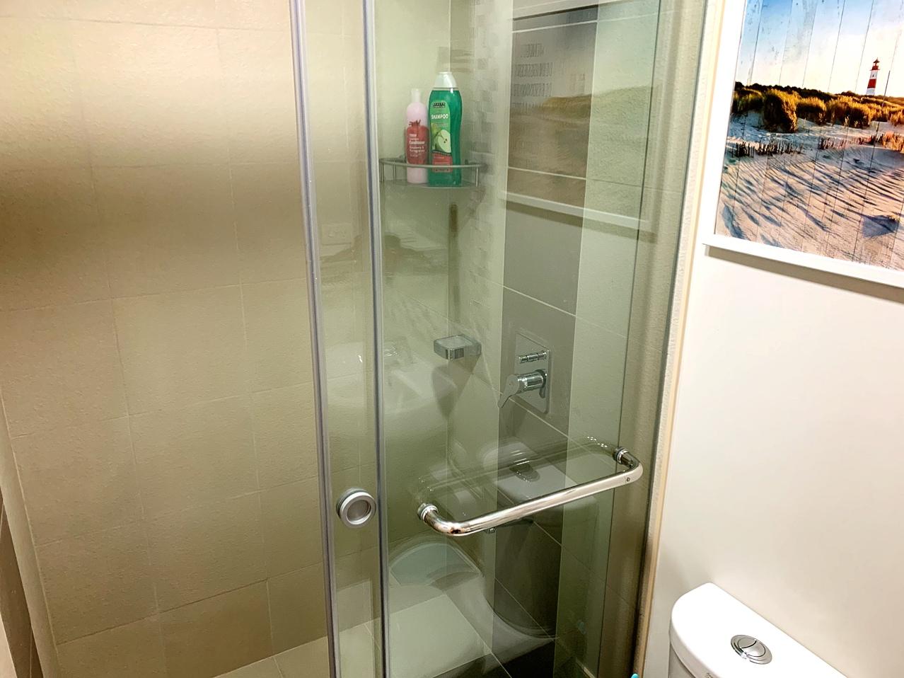 シャワールームにはスライド式ドアを設置